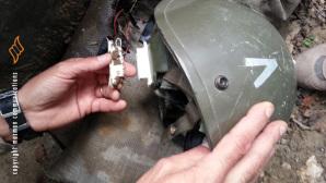 dispositivo esplosivo nascosto in un elmetto militare