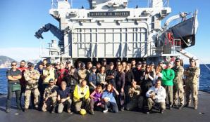 L'equipaggio al completo della Nave Scirocco assieme ai giornalisti e il comandante Rollo