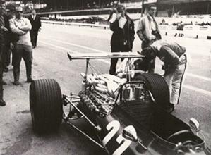 La Ferrari 312 F1-68 di Amon in occasione del GP del Belgio. Fu la prima gara in cui una vettura di F.1 venne equipaggiata con un profilo alare