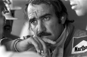 Un bel primo piano di un Clay Regazzoni pensieroso