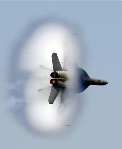 F-18 nel momento esatto in cui si verifica il superamento della barriera del suono