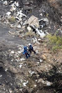 I resti dell'aereo che si è disintregrato sulle Alpi francesi