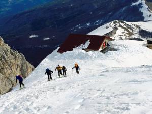 Alcuni alpinisti si portano verso la cima del Corno Grande