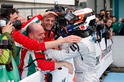 Il vincitore Rosenqvist festeggiato dai ragazzi della scuderia italiana Prema