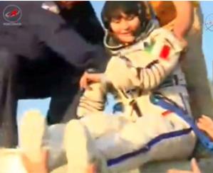 Samantha Cristoforetti mentre viene estratta dalla capsula di atterraggio