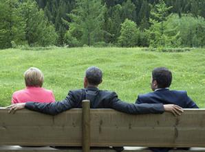 G7, Castello di Elmau (Austria), una foto emblematica con Obama che sembra abbracciare la Merkel e il premier italiano Renzi
