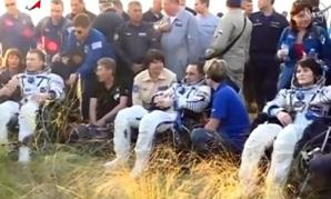 I tre cosmonauti mezz'ora dopo il loro atterraggio sulla Terra