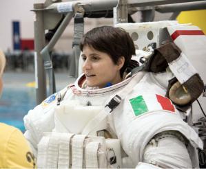 Samanta Cristoforetti dopo aver indossato l'apposita tuta pressurizzata Sokol pressurizzata Sokol al Centro di Addestramento Gagarin. La tuta Sokol protegge gli astronauti durante le fasi di lancio e di atterraggio
