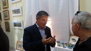 L'artista Giman nella sala espositiva delle sue opere