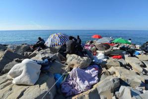 Migranti sugli scogli di Ventimiglia © Ansa
