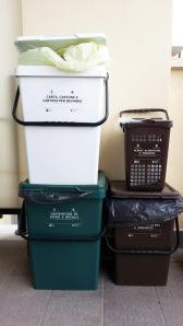 I contenitori distribuiti dalla Volsca Ambiente del Comune di Velletri per lo stoccaggio dei rifiuti differenziati in casa