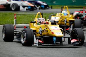 Antonio Giovinazzi, al volante della Dallara F312 a motore Volkswagen, è il pilota di punta del team anglo-indonesiano Jagonya Ayam – Carlin nell'Euro di F.3