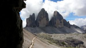 Un splendida prospettiva delle Tre Cime di Lavaredo e il sentiero che conduce al rifugio Locatelli