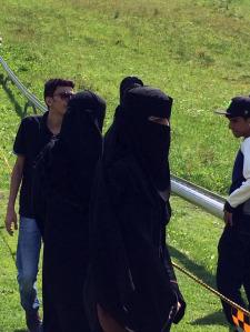 Turiste di origini yemenite dopo aver provato l'emozione della discesa con il bob, coperte con il caratteristico