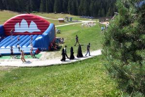 L'inconsueta presenza di donne musulmane in una gita sul Monte Baranci