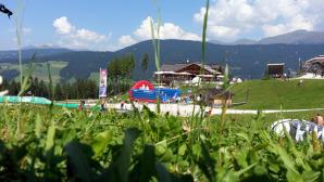 I prati erbosi del Baranci con lo sfondo del rifugio