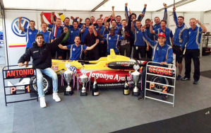 La squadra di Antonio Giovinazzi al completo festeggia la sua vittoria nel Master di Zandvoort