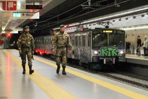 Due Lagunari dell'Esercito in pattuglia nella metropolitana di Roma