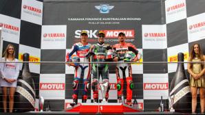 Il podio di Gara-2 in Australia con il vincitore Rea, a seguire Van Der Mark e Giugliano