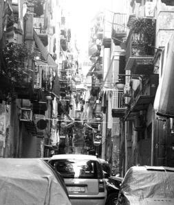 Uno dei vicoli di Napoli, con le sue storie e i suoi problemi