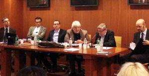 Il tavolo dei relatori in occasione del seminario che si è tenuto a Roma presso la biblioteca della Università Link Campus il cui presidente è Vincenzo Scotti (nella foto) © Massimo Manfregola