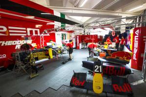 Una immagine del team Prema Powerteam nei box di Montecarlo
