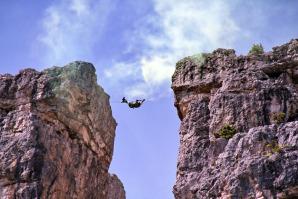 Attraversata aerea con passaggio su corda fra due speroni di roccia