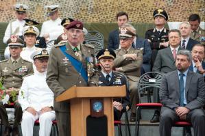 Il generale Marco Bertolini, comendante uscente del Coi, ha coltivato una lunga carriera militare al comando di operazioni italiane negli scenari internazionali più delicati come ad esempio in Afghanistan