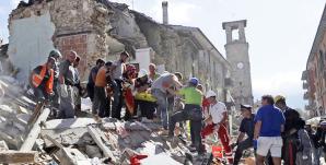 Amatrice, i soccorritori all'opera fra le macerie (AP Photo/Alessandra Tarantino)