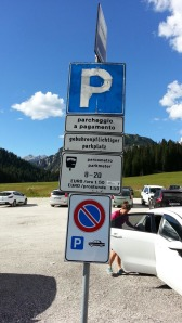 Il parcheggio che si trova nello svincolo principale per l'accesso alle Tre Cime di Lavaredo e il Lago di Misurina, ha un costo di 1,5 euro all'ora. Per i turisti che devono fare escursioni di molte ore nelle zone limitrofe pesa come una tassa fastidiosa e allo stesso tempo pesante per i turisti desiderosi di gite sulle montagne limitrofe