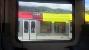 Il colorato trenino del sudtirolo, che attraversa tutta la Val Pusteria, da Fortezza a Lienz in Austria, offre un servizio combinato con il bus, fungendo da treno metropolitano, incentivando il servizio pubblico