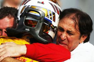 L'abbraccio di Antonio Giovinazzi con suo papà Vito appena dopo la vittorio in gara-1 ottenuta oggi a Monza