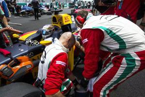 Le fasi concitate della partenza della gara di Antonio Giovinazzi e degli uomini della scuderia vicentina Prema