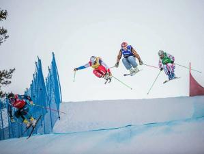 Una spettacolare immagine della gara del World Ski Cross del Baranci a San Candido