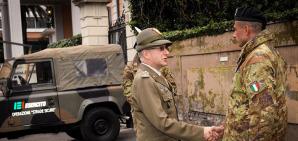 Il generale Claudio Graziano, capo di Stato Maggiore, saluta un militare della operazione