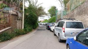 Parcheggi selvaggi in strada di Velletri in cui sono dislocati due presidii scolastici e numerose lotti residenziali