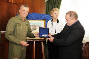 Ercole Furia premiato con un modellino dell'elicottero CH47F dal generale dell'Aeronautica Bettelli