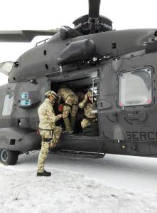 Gli uomini del soccorso delle nostre Forze armate in procinto di partire su un elicottero NH90
