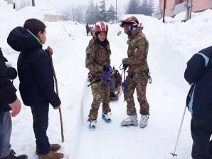Si procede in ogni modo e con ogni mezzo per evacuare e soccorrere persone isolate dalla neve