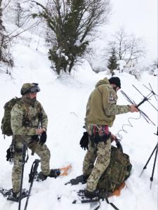 Specialisti dell'Esercito cercano di installare un ponte radio