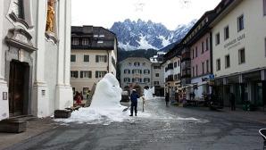 Una suggestiva immagine della Piazza principale di San Candido con due sculture di neve ©massimo Manfregola/masman