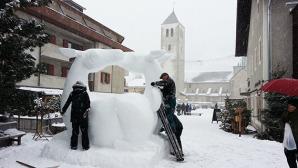 il team di artisti della Mongolia lavora attorno alla scultura di neve in piazza Senfter a San candido © massimo manfregola/ masman