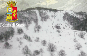 In Abruzzo, a Farindola, la strada è ancora isolata per la neve