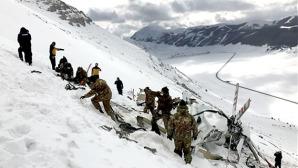Gli uomini dell'Esercito e il gruppo guide alpine della Guardia di Finanza lavorano attorno ai resti dell'elicottero del 118 caduto il 24 gennaio, per imbracare quello che resta dei rottami del velivolo