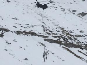 Il CH47 dell'Esercito durante il trasporto dei resti dell'Agusta del 118