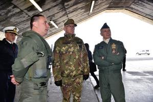 Il generale Claudio Graziano nell'hangar della base di Kiv in Islanda assieme ad altri ufficiali