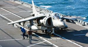 Un velivolo AV8B pronto per partire dalla rampa della portaerei Cavour