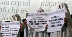 Il precariato giornalistico in Italia è un mondo senza tutele. Per un articolo viene pagato anche tre euro, con la conseguenza di un calo drastico della qualità dell'informazione. Le grandi lobby finanziarie controllano sempre più l'informazione attraverso assunzioni