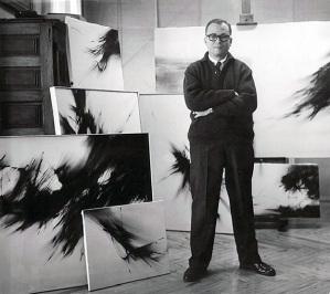 Zóbel fra le sue opere in una foto del 1961