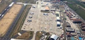 Una panoramica del piazzale di sosta dell'Aeroporto di Sigonella con i velivoli dei capi di stato di tutto il mondo
